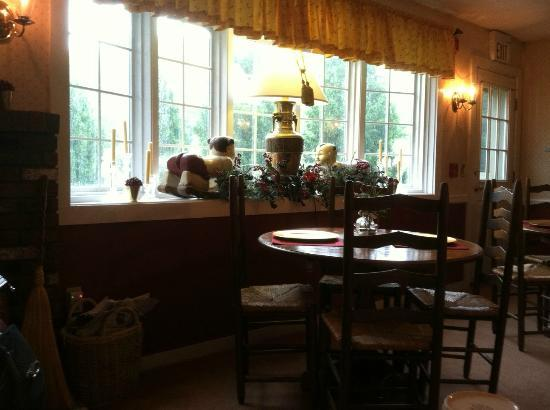 The Nutmeg: Elegant breakfast room, Nutmeg Inn