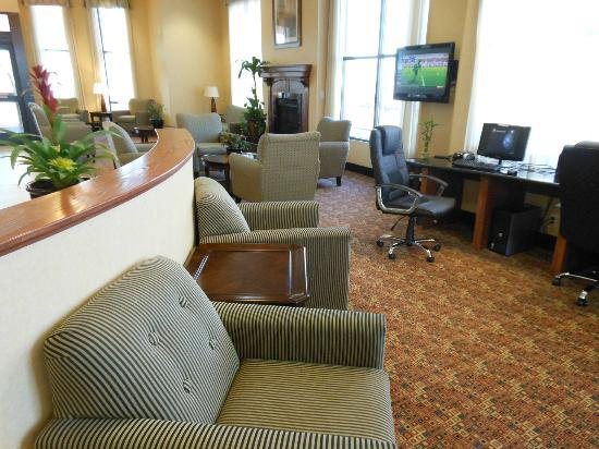 Comfort Suites Barstow : Large lobby area with plenty of seating