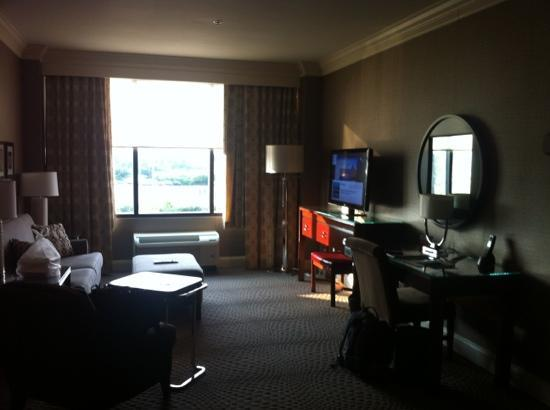 Sheraton Wilmington South: Deluxe Jacuzzi Suite: Living ro