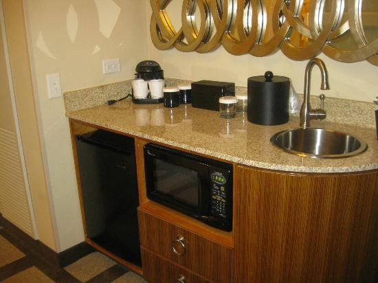 Embassy Suites by Hilton Houston Downtown: Kitchen area