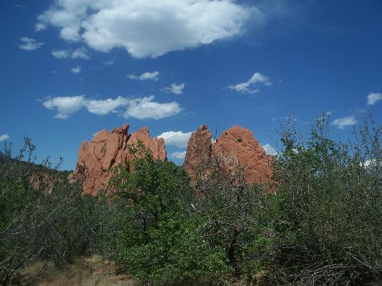 Jardín de los dioses (Garden of the Gods): Mammoth red rocks meet expansive sky.