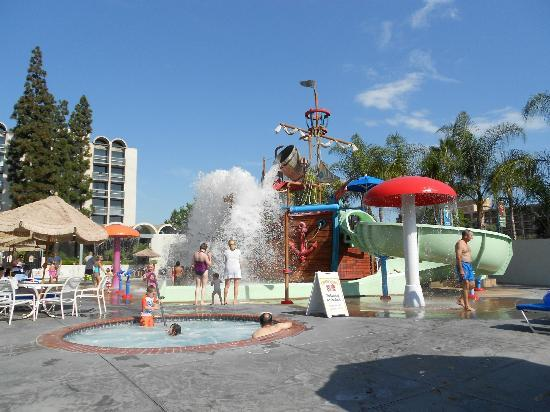 Howard Johnson Anaheim Hotel and Water Playground: A cascade of water from the dump-bucket, so refreshing!