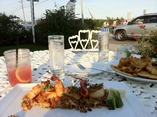 Tides Beach Club Hotel Restaurant : great food and drinks and pet friendly porch