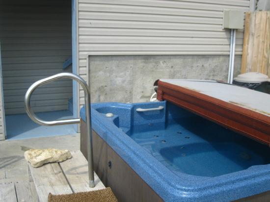 Marina View Condos: Clean Jacuzzi