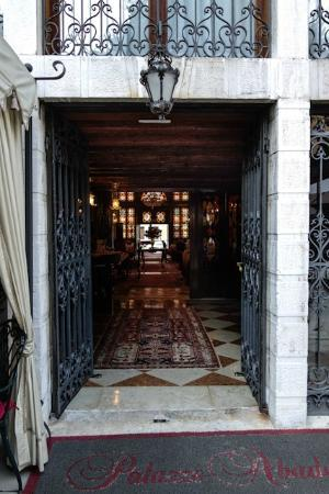 Hotel Palazzo Abadessa: The Entrance to the Front Desk through the Garden