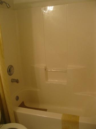 Marina View Condos: Clean Bathtub & Shower