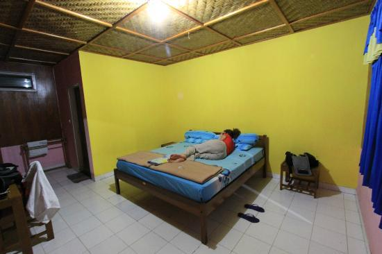 Siuri Cottages: Cama sencilla