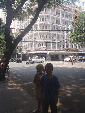 Huong Sen Hotel: Hotel in background