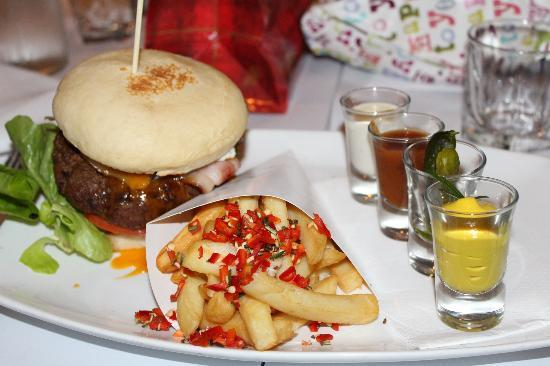 Fedoras Restaurant: Fedora's famous HUGE burger with yum chips and the best condiments