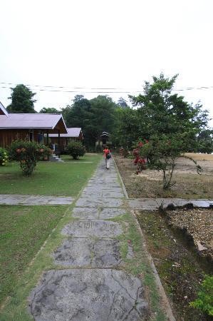 Siuri Cottages: Calle entre las habitaciones