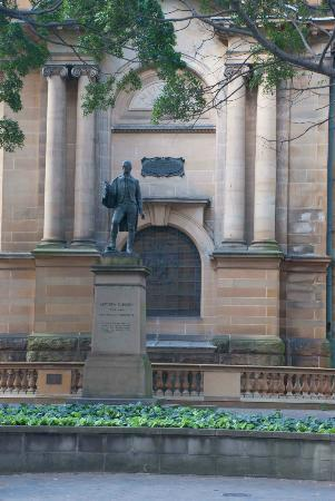State Library of New South Wales: Statue at the State Library