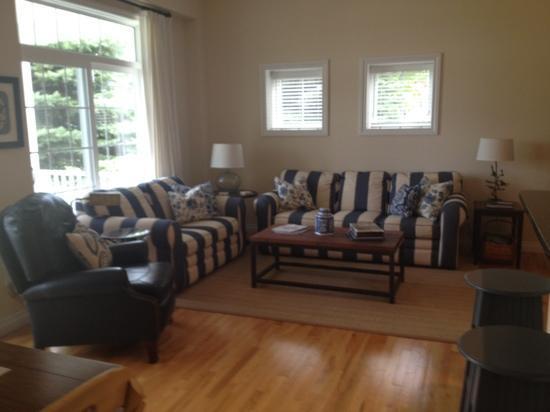 Brys Estate Vineyard & Winery: living room