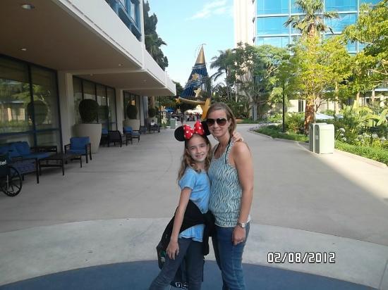Disneyland Hotel: La entrada desde el Downtown Disney