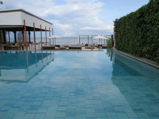 Putahracsa Hua Hin: ビーチサイドのプールからの海景色はリゾート感あり