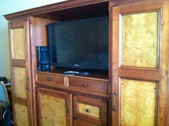Harbourview Inn: Flat screen TV-fridge & safe were below