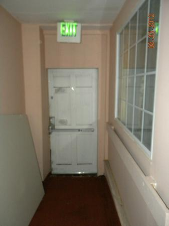 Midtown Inn: Sheet rock outside of room and hallway to exit door. You could see daylight