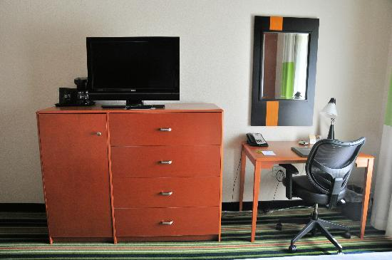Fairfield Inn & Suites Dallas Mansfield: The combo dresser/entertainment center contained a microwave and fridge behind the left door.