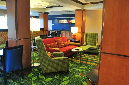 Fairfield Inn & Suites Dallas Mansfield: View from the lobby into the breakfast area.