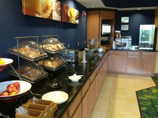 Fairfield Inn & Suites Dallas Mansfield: The breakfast bar is typical for a hotel of this type.