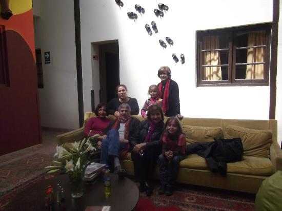 Mama Simona Hostel: Disfrutando del mate de coca en el hall de Mamá Simona