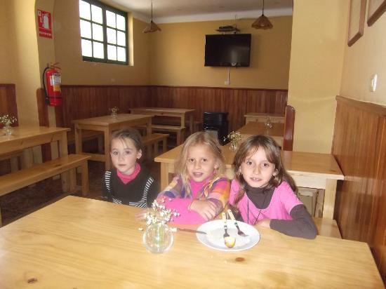 Mama Simona Hostel: Las nenas en el comedor de mamá Simona