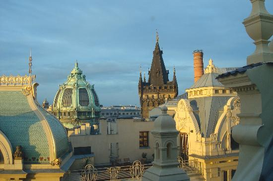 Hotel Kings Court: Another view out of our skylight window