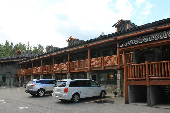 Mountaineer Lodge: backside of motel 