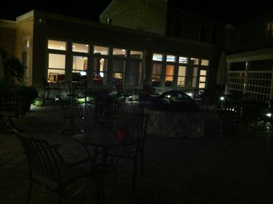 DoubleTree by Hilton Cape Cod - Hyannis: patio area at night