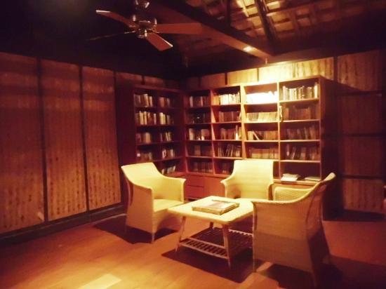 Club Paradise Palawan: mini library