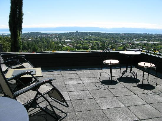 Vista on the Rock: Private patio with private hot tub and garden furnitures