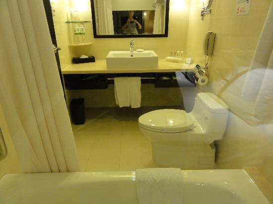 Holiday Inn Macau: Well Appointed Bathroom