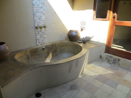 Motswari Private Game Reserve: Leopard room - outside bath/shower
