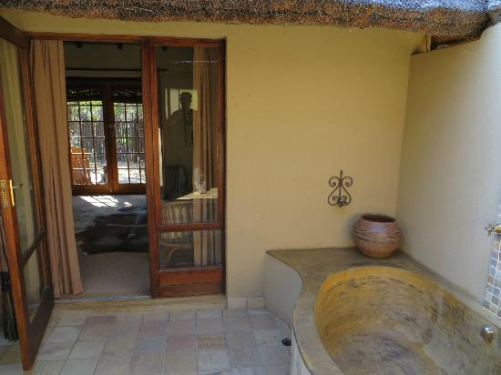 Motswari Private Game Reserve: Leopard room - outside bathroom