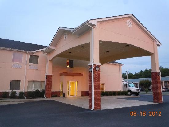 Econo Lodge Inn & Suites : Motel exterior