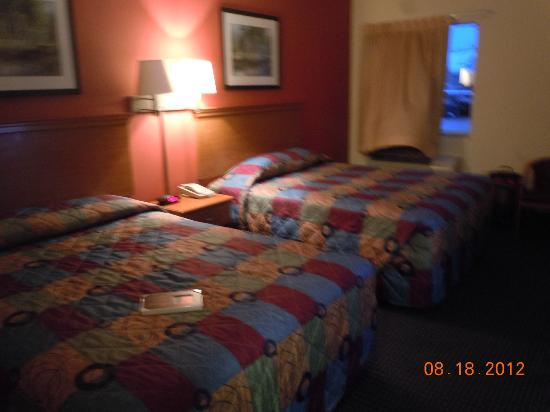 Econo Lodge Inn & Suites: Two double beds