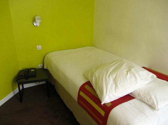 Bastille de Launay Hotel: Brightly coloured room