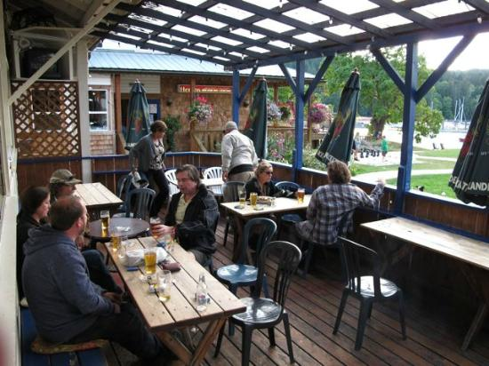 Heriot Bay Inn : Outdoor patio at the pub