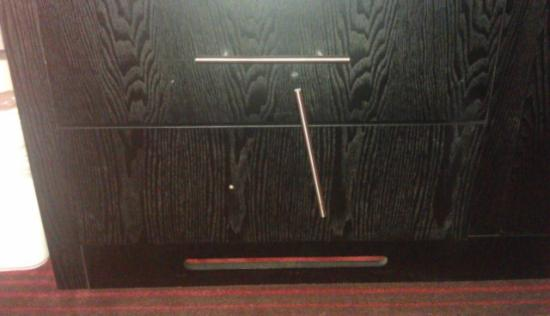 Best Western Hampton Coliseum Inn: Broken dresser handle. 8/24/2012