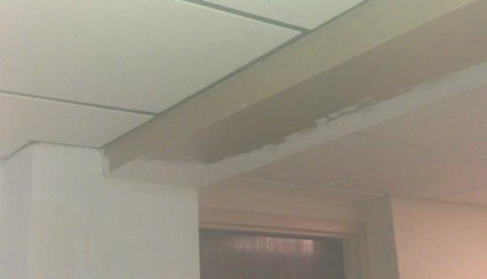 Best Western Hampton Coliseum Inn: Hall (between room 408 and the elevator) cieling. See the paint? How hard is it to finish?! 8/2