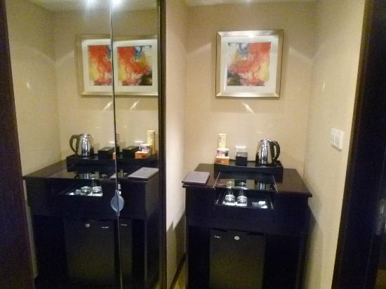 لي جاردنز هوتل شنغهاي: 左のガラスの扉の中はクローゼットとセーフティーBOX 