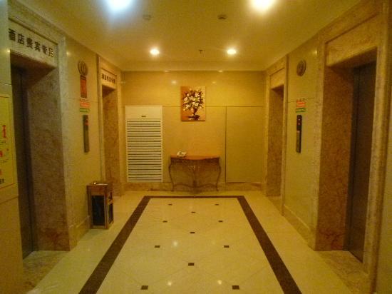 Puzhao Holiday Hotel: 6階エレベータホール、宿泊客が使えるのは2基のみ