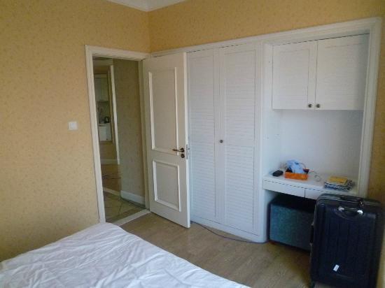 Puzhao Holiday Hotel: ベッドルームにあるクローゼット、収容量は十分