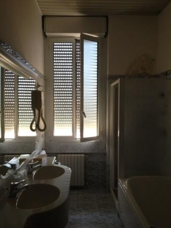 IH Hotels Milano Ambasciatori: The Bathroom