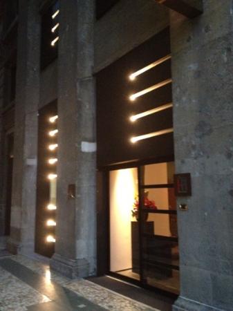 IH Hotels Milano Ambasciatori: Hotel Doorway