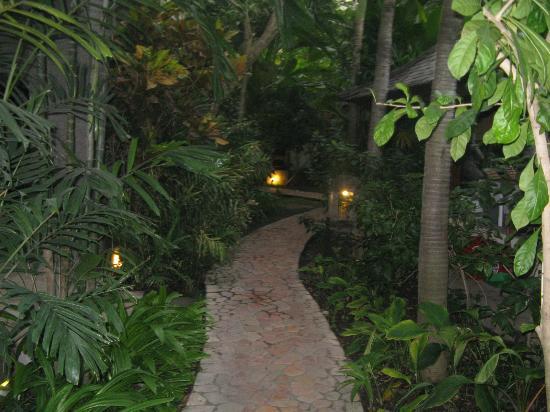 โรงแรมคูมาลาพันไท: KP's Gardens at twilight
