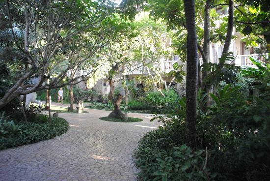 โรงแรมคูมาลาพันไท: KP's beautiful gardens and pathways