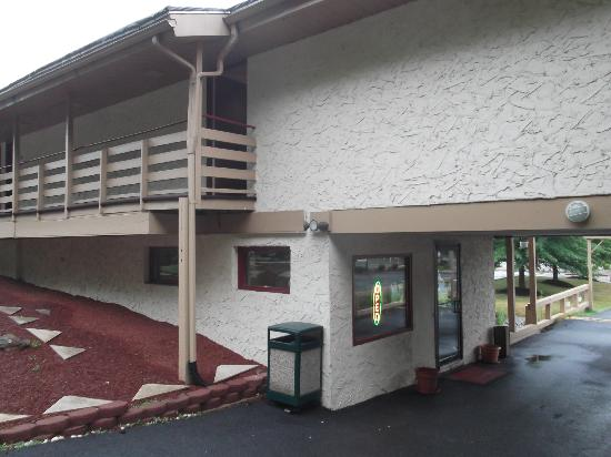 Econo Lodge Clarks Summit: Réception et salle pour le petit déjeuner.