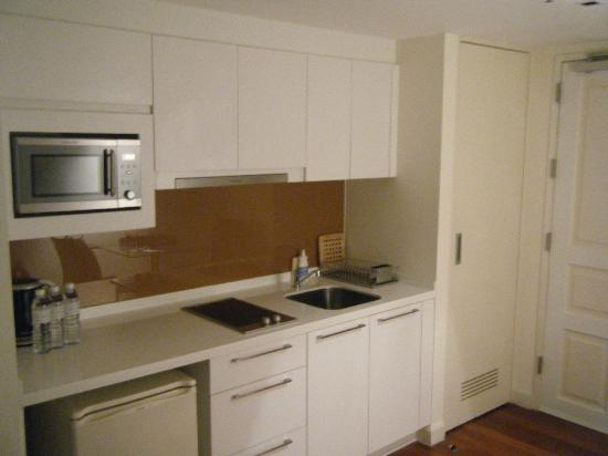 Phachara Suites: Kitchen
