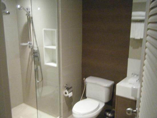 Phachara Suites: Bathroom