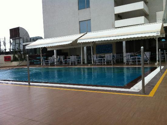 """Sayaji Hotel Pune: piscine et restaurant """"Turque"""""""